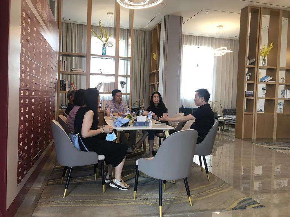 上海房协会领导一行莅临地纬·金樽花园指导工作